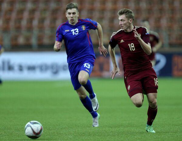 Нападающий сборной Молдавии Андрей Макритский (слева) и полузащитник сборной России Егор Рудковский