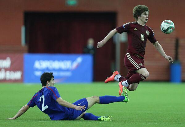 Нападающий сборной Молдавии Дан Тарас (слева) и полузащитник сборной России Темури Букия
