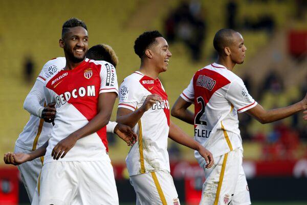 Футболисты Монако радуются забитому мячу Элдера Кошты (в центре)