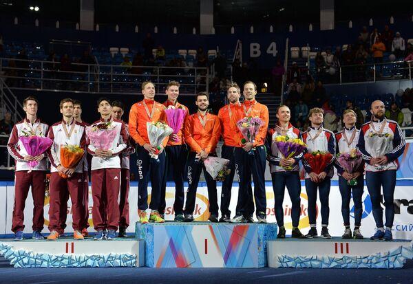 Шорт-трекисты сборной Венгрии - серебряные медали, шорт-трекисты сборной Нидерландов - золотые медали, шорт-трекисты сборной Великобритании - бронзовые медали (слева направо)