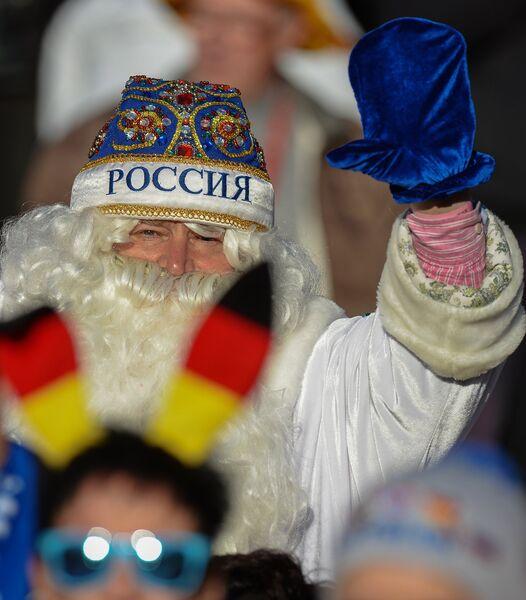 Болельщик в костюме Деда Мороза во время эстафеты среди мужчин на шестом этапе Кубка мира по биатлону