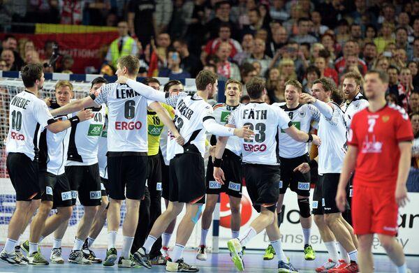 Гандболисты сборной Германии радуются победе  командой России