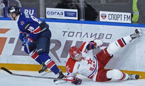 Форварды СКА Павел Бучневич (слева) и ЦСКА Иван Телегин