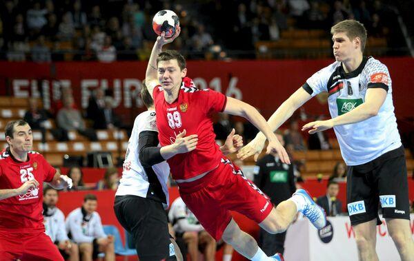 Гандболист сборной России Дмитрий Житников (в центре) в матче против команды Германии