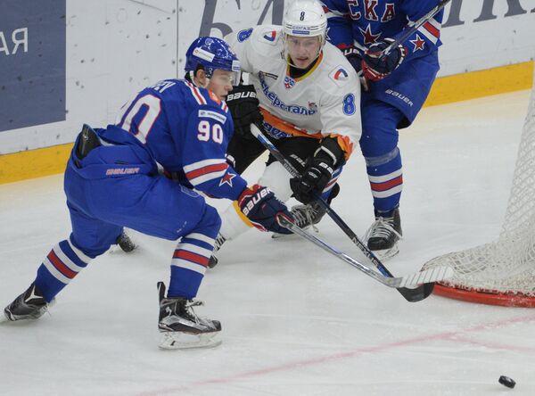 Форвард СКА Никита Гусев (слева) и нападающий Северстали Вадим Бердников