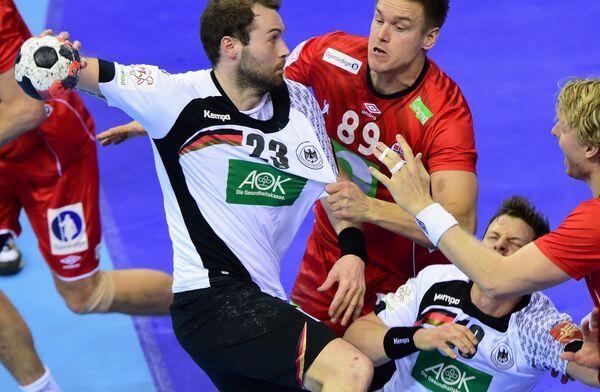 Игровой момент матча между гандбольными сборными Германии и Норвегии