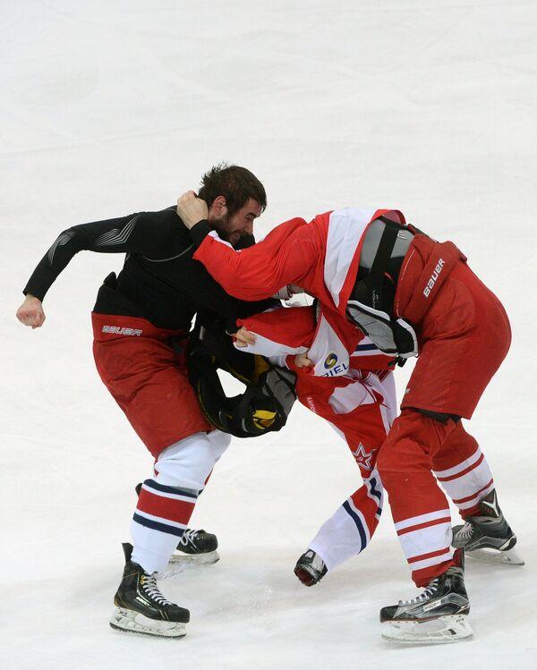 Защитник ЦСКА Никита Пивцакин (слева) и нападающий Спартака Евгений Бодров
