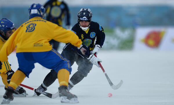 Игрок сборной Казахстана Евгений Шадрин (справа)
