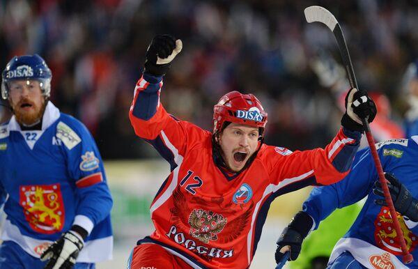 Игрок сборной России Юрий Шардаков радуется забитому мячу