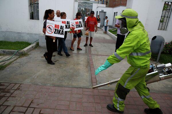 Жители с плакатами об опасности эпидемии вируса Зика