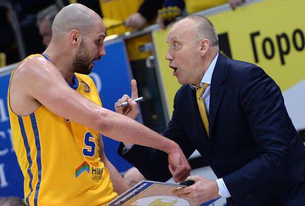 Форвард БК Химки Джеймс Огастин (слева) и главный тренер БК Химки Римас Куртинайтис