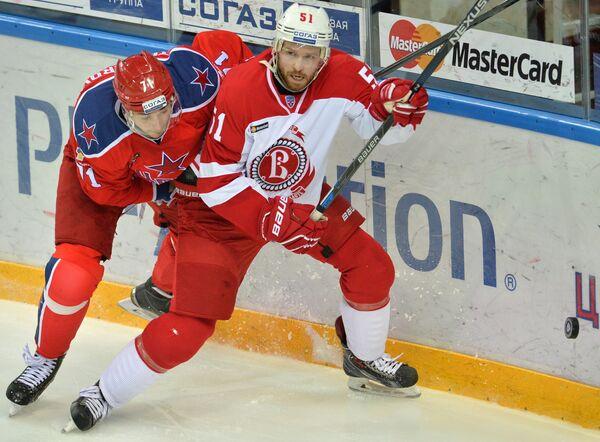Нападающий ЦСКА Геннадий Столяров (слева) и форвард Витязя Виктор Другов