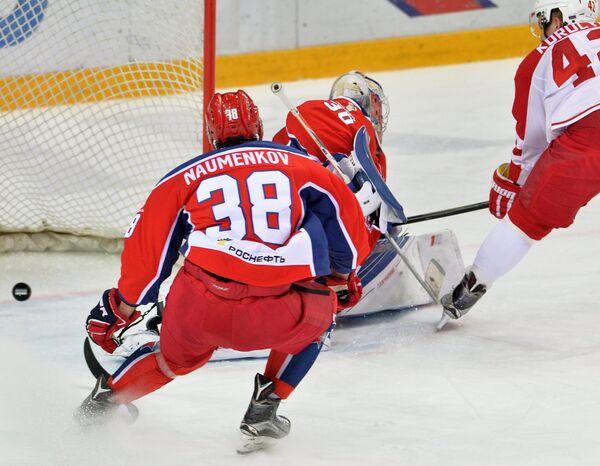 Защитник ЦСКА Михаил Науменков (слева)