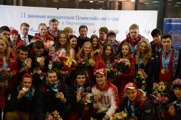 Спортсмены сборной России - участники II зимних юношеских Олимпийских игр в норвежском Лиллехаммере - в аэропорту Шереметьево