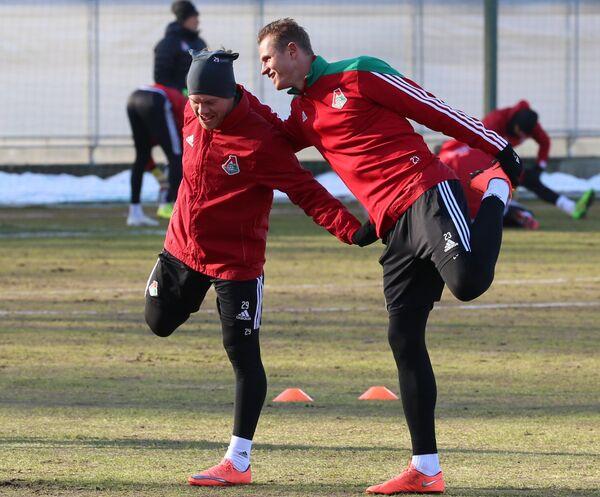 Футболисты Локомотива Виталий Денисов (слева) и Дмитрий Тарасов
