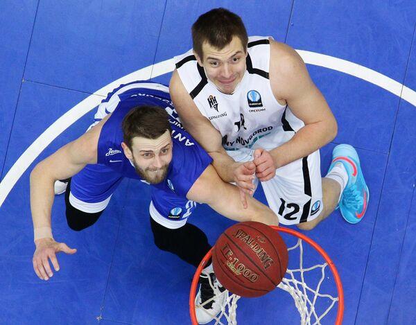 Форварды БК Зенит Павел Антипов (слева) и БК Нижний Новгород Рашид Махалбашич