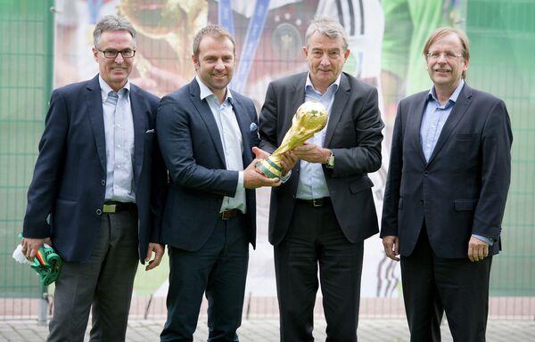 Генеральный секретарь Немецкого футбольного союза (DFB) Хельмут Зандрок (слева)