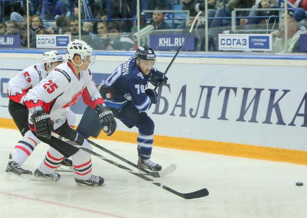 Игровой момент матча 1/8 финала плей-офф КХЛ ХК Нефтехимик - ХК Авангард