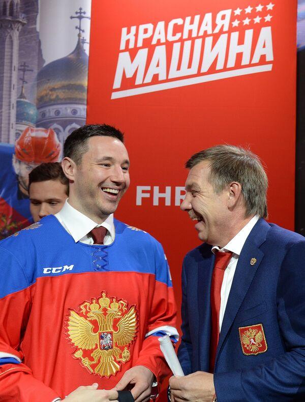 Главный тренер сборной России по хоккею Олег Знарок и форвард ХК СКА Илья Ковальчук (справа налево)