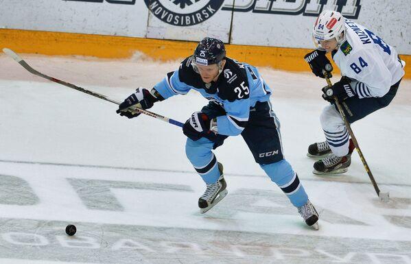 Форвард ХК Сибирь Алексей Копейкин (слева) и нападающий ХК Адмирал Александр Кузнецов