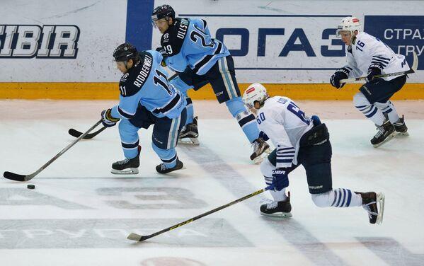 Игроки ХК Сибирь Калле Риддервалль, Давид Улльстрём и игроки ХК Адмирал Никита Лисов, Илья Иванов (слева направо)