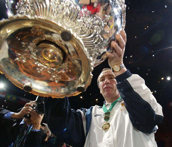 Шамиль Тарпищев с трофеем за победу в Кубке Дэвиса-2002