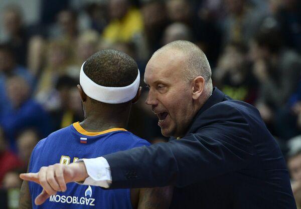 Главный тренер Химок Римас Куртинайтис (справа) дает указания Тайрису Райсу