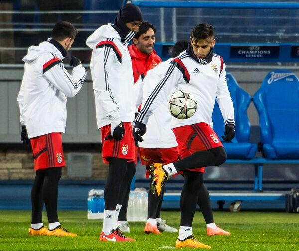 Игроки ФК Бенфика Андре Алмейда (справа)
