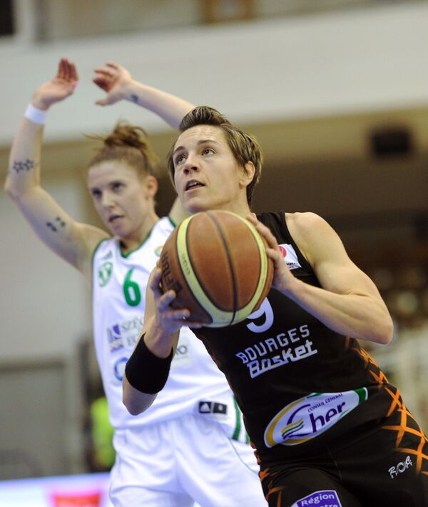 Баскетболистка французского Буржа Селин Дюмерк (справа)