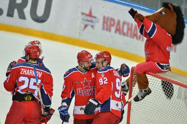 Игроки ЦСКА радуются победе в матче 1/4 финала плей-офф КХЛ против ХК Торпедо