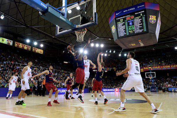 Игровой момент матча Евролиги Барселона - Реал