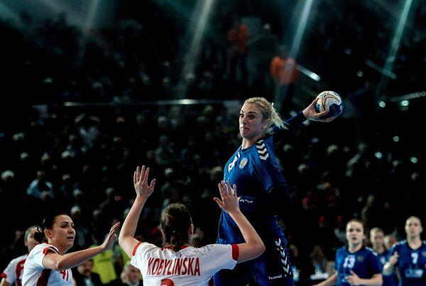 Игрок сборной России Анна Сень (вверху)