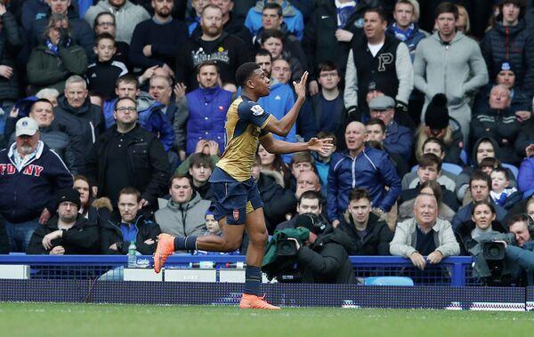 Нападающий Арсенала Алекс Ивоби радуется забитому мячу
