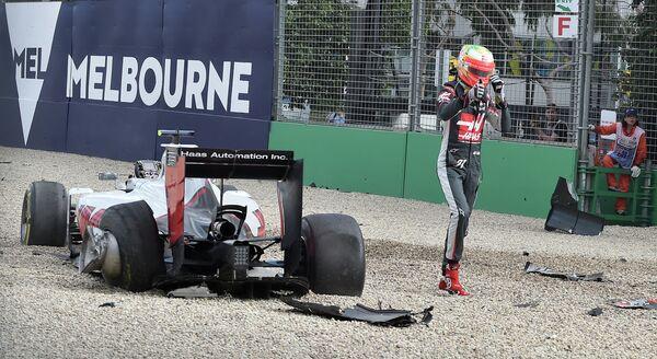 Пилот Хааса Эстебан Гутьеррес после аварии во время Гран-при Австралии