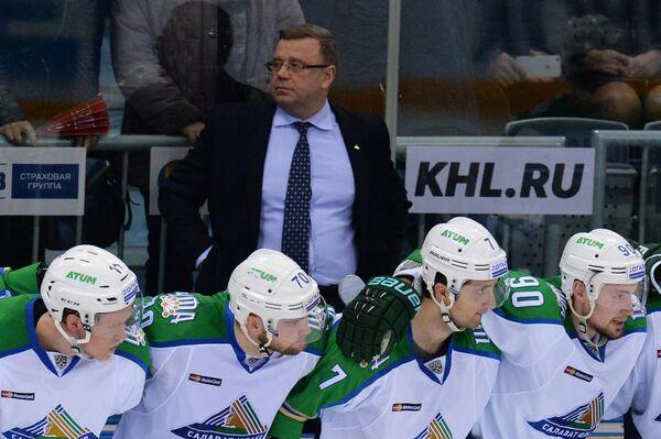 Главный тренер Салавата Юлаева Игорь Захаркин (в центре на втором плане)