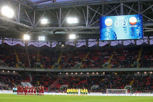 Футболисты сборной России (слева на первом плане) и сборной Литвы перед началом товарищеского матча Россия - Литва