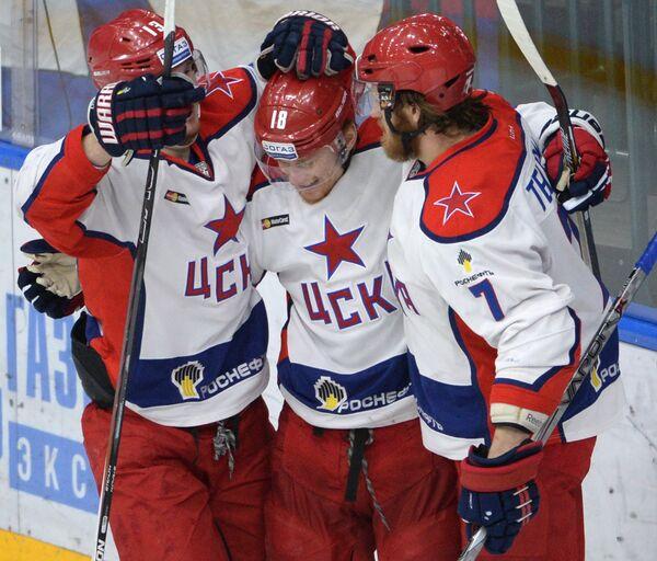 Хоккеисты ЦСКА Роман Любимов, Дмитрий Кугрышев и Иван Телегин (слева направо)