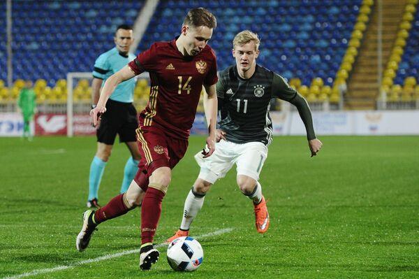 Полузащитник молодежной сборной Германии Юлиан Брандт и полузащитник молодежной сборной России Дмитрий Ефремов (справа налево)