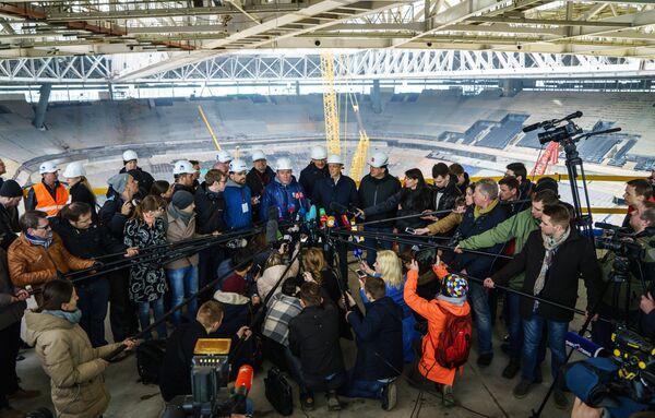 Представители FIFA и оргкомитета Россия-2018 отвечают на вопросы журналистов во время посещения стадиона Зенит-Арена