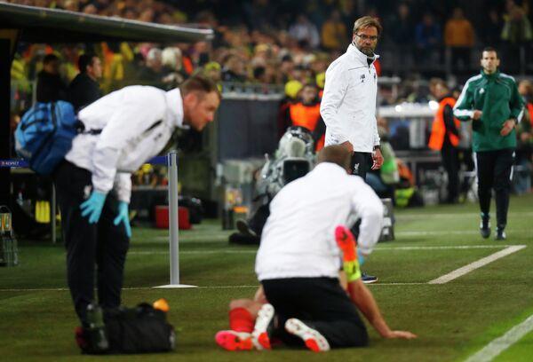 Главный тренер Ливерпуля Юрген Клопп наблюдает за оказыванием помощи Джордану Хендерсону