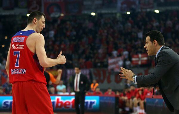 Защитник ЦСКА Виталий Фридзон и главный тренер клуба Димитриос Итудис (справа)