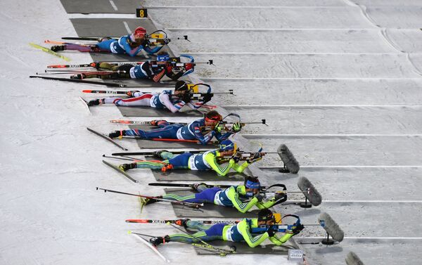 Биатлонисты на огневом рубеже смешанной мужской эстафеты международных соревнований по биатлону и лыжным гонкам приз губернатора Тюменской области