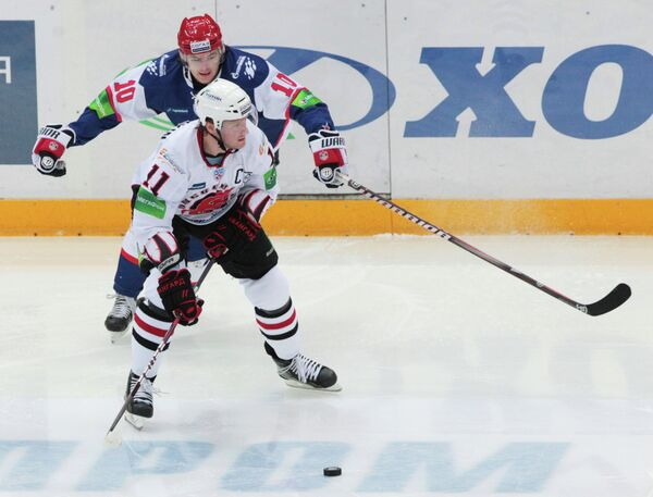 Защитник Авангарда Дмитрий Рябыкин (на первом плане) и нападающий СКА Виктор Тихонов (на втором плане)