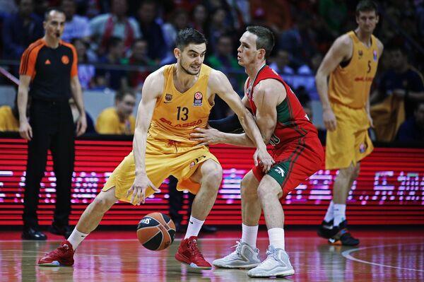 Защитник Барселоны Томаш Саторански и защитник Локомотива Сергей Быков (в центре слева направо)