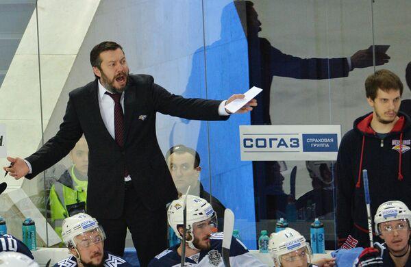Главный тренер Металлурга Илья Воробьев (cлева) и хоккеисты клуба