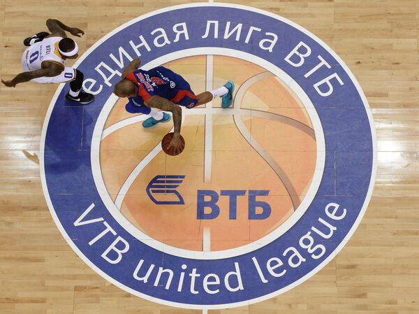 Защитники БК Химки Тайриз Райс (слева) и ПБК ЦСКА Аарон Джексон