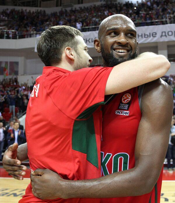 Райан Брокхофф и Крис Синглтон (справа)