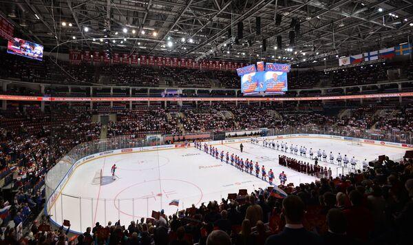 Игроки сборной России и сборной Финляндии перед началом матча группового этапа Еврохоккейтура