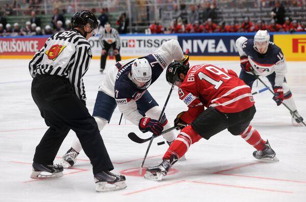 Форварды сборной Канады Дерек Брассар (справа) и сборной США Джей Ти Комфер