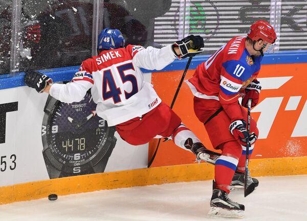 Защитник сборной Чехии Радим Шимек (слева) и форвард сборной России Сергей Мозякин